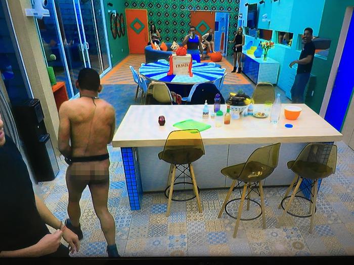 domingo desnudo por el juego de la botellita en la casa de gran hermano