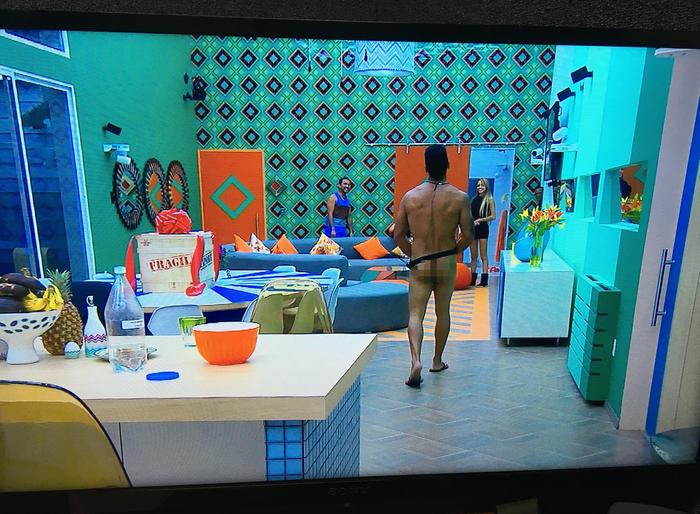 Pedro habitnte de la casa de Gran Hermano caminando desnudo por la casa