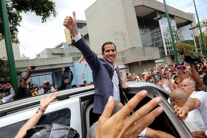 El diputado opositor Juan Guaidó saluda a un grupo de seguidores durante una manifestación contra el gobierno de Nicolás Maduro en Caracas, en mayo de 2019.