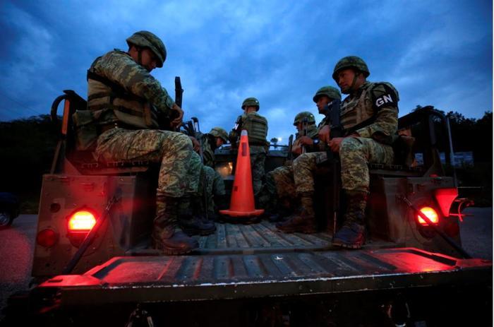 Soldados de la Guardia Nacional de México este sábado patrullaban las carreteras utilizadas para eludir un punto de control migratorio, en Comitán, estado de Chiapas.