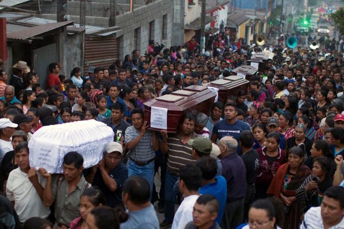 Los vecinos llevan al cementerio los ataúdes de siete fallecidos en San Juan Alotenango, Guatemala.