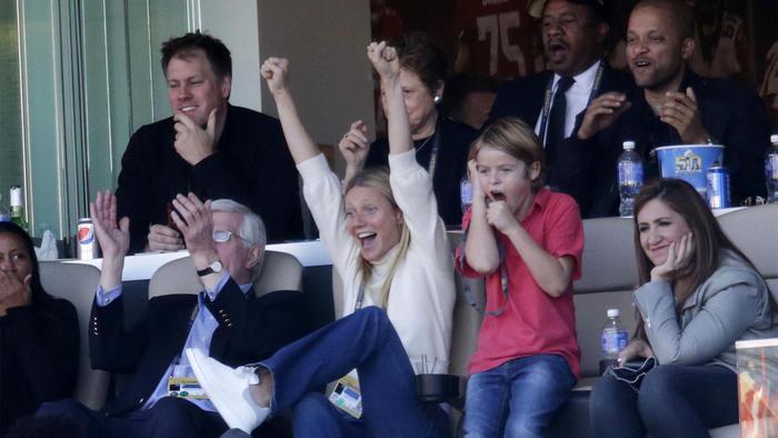 Gwyneth Paltrow sentada al lado de su hijo Moses