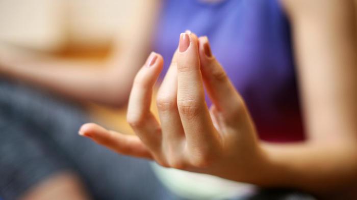 Mano de mujer haciendo yoga