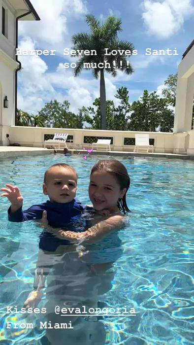 Harper Seven y Santiago Bastón posando en Instagram desde una piscina en julio de 2019