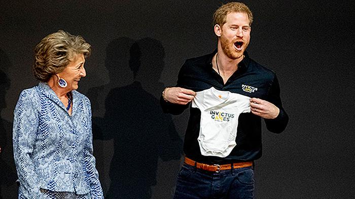 Príncipe Harry y la princesa Margarita mostrando el regalo de Archie
