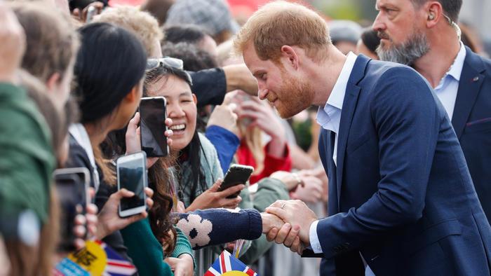 El príncipe Harry reconforta a una abuela