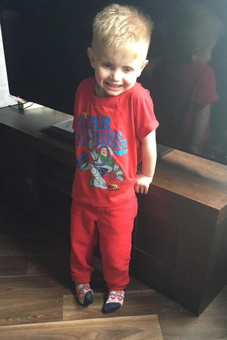 Hijo de Shona Campbell vestido de rojo