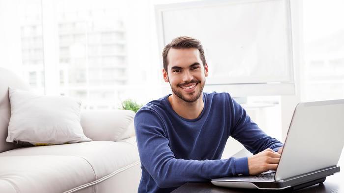 hombre con computadora