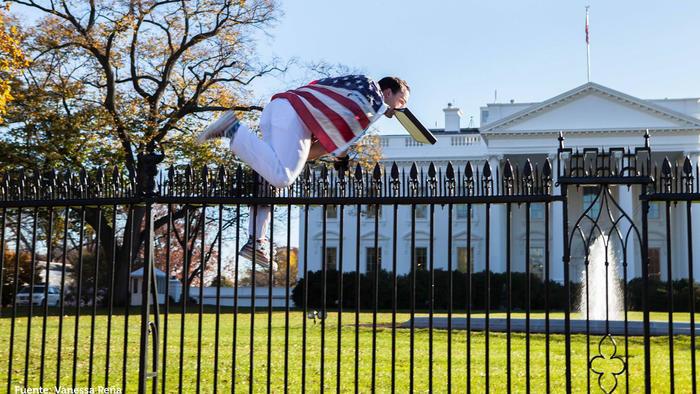 hombre saltando cerca de la casa blanca