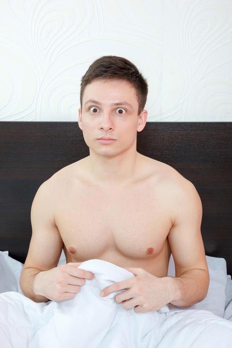 Hombre sorprendido por erección