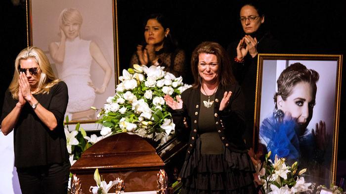 Familiares, amigos y público en el sentido homenaje en el escenario del Teatro Jorge Negrete para despedir a Edith González