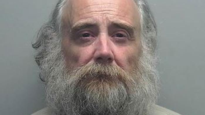 El sospechoso fue identificado como Dean Hoffman, de 55 años de edad.