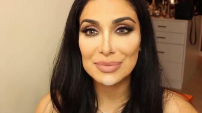 Huda Kattan demuestra el baking de maquillaje