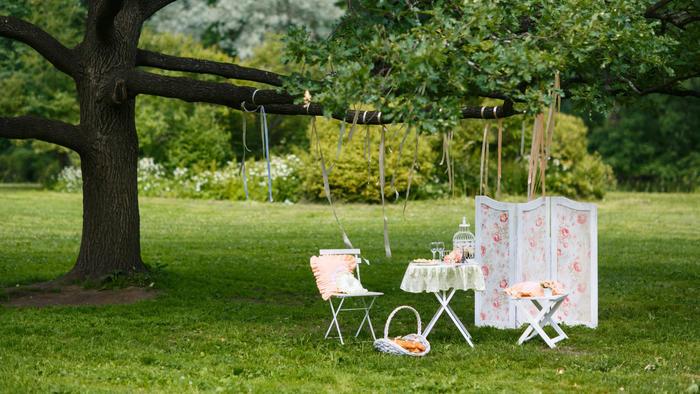 Mesa decorada en jardín
