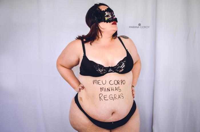 "Modelo gorda con antifaz, en la serie de fotos ""Empoderarte me"""