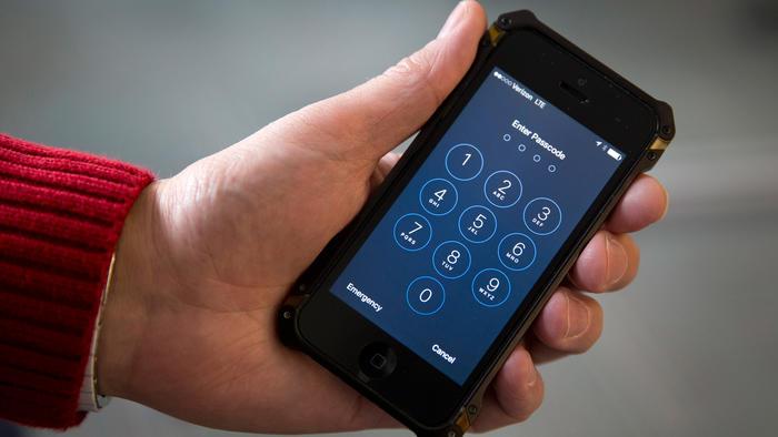 En esta fotografía de archivo del 17 de febrero de 2016 se ve un iPhone en Washington.