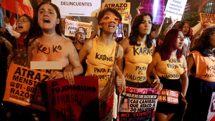 f85995a48c95 Mujeres sin ropa salen a las calles a protestar contra Keiko ...