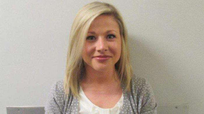 Una maestra sonríe tras ser arrestada por tener sexo con un estudiante menor de edad