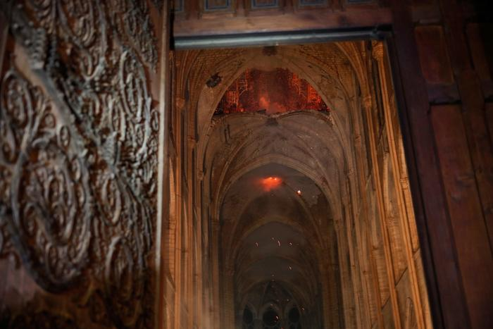 Fotografía del interior de la catedral de Notre Dame en París (Francia), durante el incendio que consumió el techo y la aguja