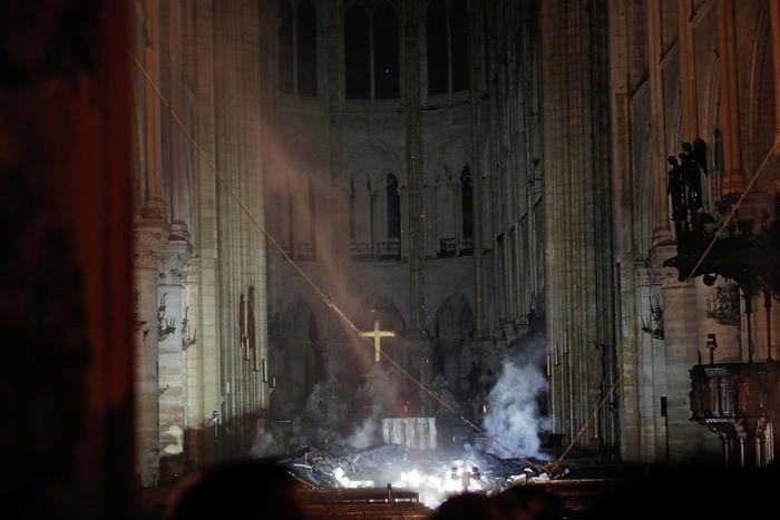 Fotografía del interior de la catedral de Notre Dame tras el incendio que destruyó la aguja y el techo de maderas preciosas conocido como El Bosque