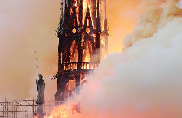 Incendio devora Notre Dame.