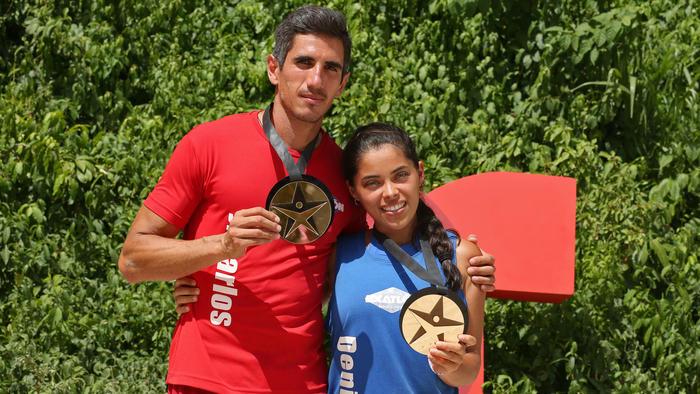 José Carlos Herrera y Denisse Novoa muestran su medalla de salvoconducto