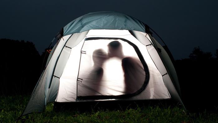 Pareja besándose en campamento