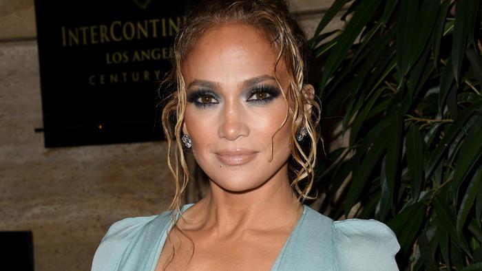 Jennifer Lopez vestido azul en la alfombra roja de LAFCAC 2020