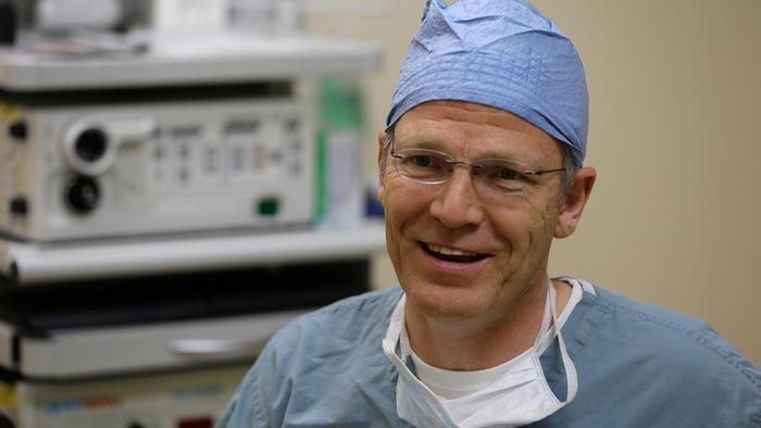 El doctor Glenn Green, un cirujano pediátrico de vías respiratorias en el hospital infantil C.S. Mott, realizó la primera cirugía al niño Grant Hasse durante la cesárea