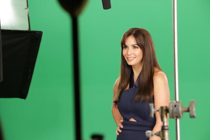Giselle Blondet en el detrás de cámaras en el set promocional de Gran Hermano