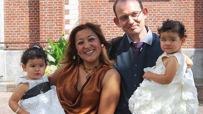 Esta foto del 20 de agosto de 2013, la página Facebook de Adelma Tapia Ruiz y proporcionada por su hermano Fernando, muestra a Adelma con su marido belga Christophe Delcambe, y sus hijas gemelas Maureen y Alondra.