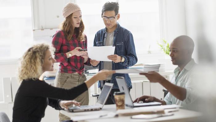 Millennials trabajando juntos