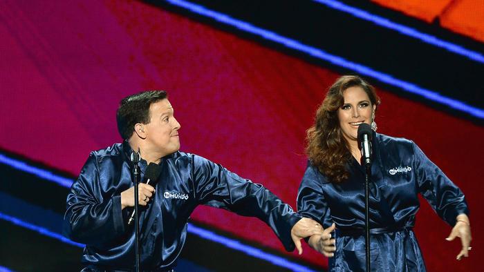 La apertura de Premios Tu Mundo 2015 con presentadores Raúl González y Angélica Vale