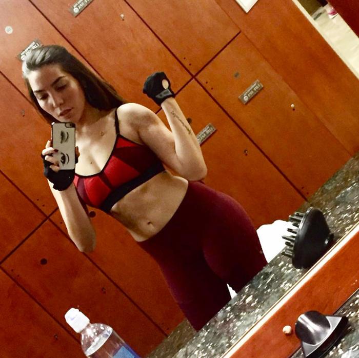 Frida Sofía Guzmán se toma una selfie frente al espejo en ropa de gym