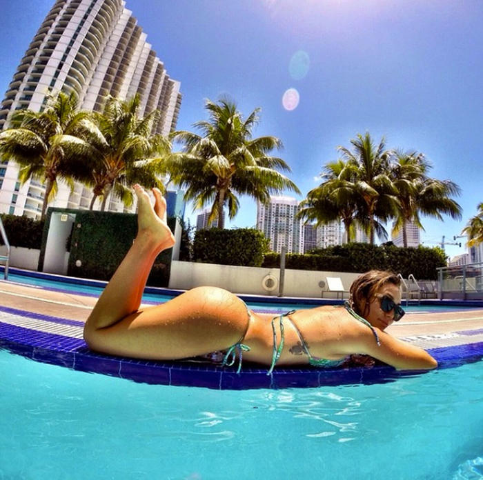 Frida Sofía Guzmán se relaja al sol junto a una piscina