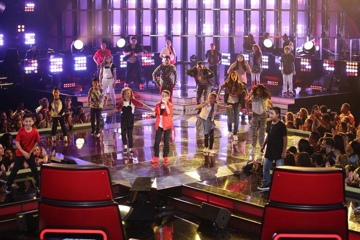 Jonael Santiago y los concursantes cantando en la segunda gala de La Voz Kids