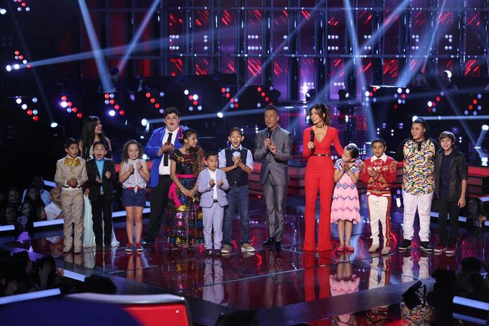 Jorge Bernal y Patricia Manterola con los 12 finalistas en la segunda gala de La Voz Kids