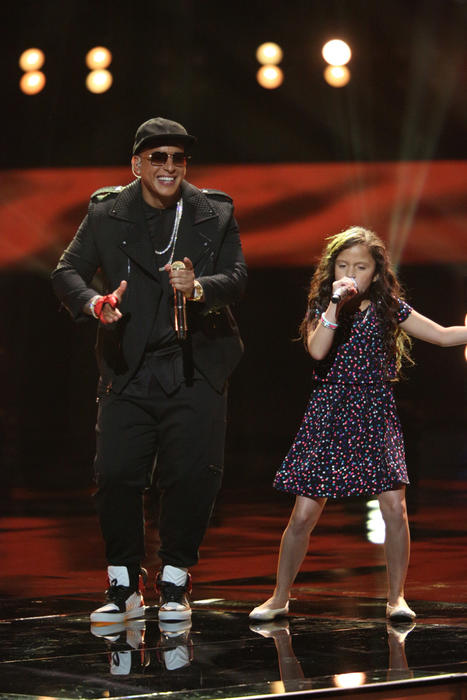 Daddy Yankee con Carmen en la semifinal de la voz kids