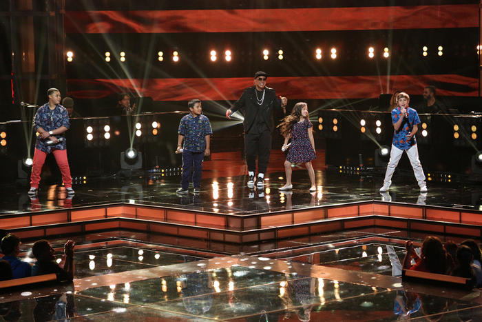 Daddy Yankee con su team yankee en la semifinal de la voz kids