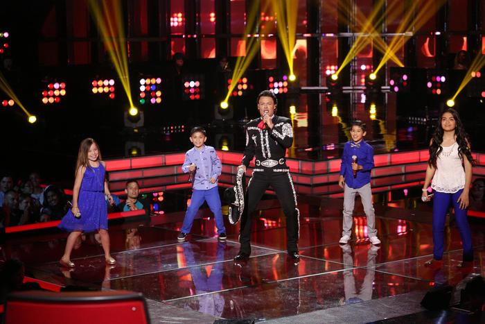 pedro fernández cantando con su team pedro en la semifinal de la voz kids
