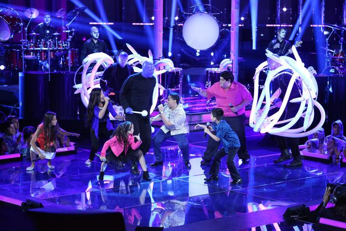 El Blue Man Group con los seis finalistas en la final de La Voz Kids 2016