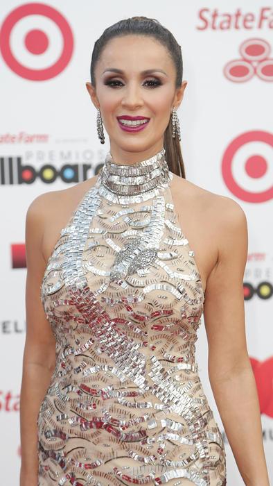 Catherine Siachoque con vestido halter en la alfombra roja de los Billboard Latin Music Awards 2014