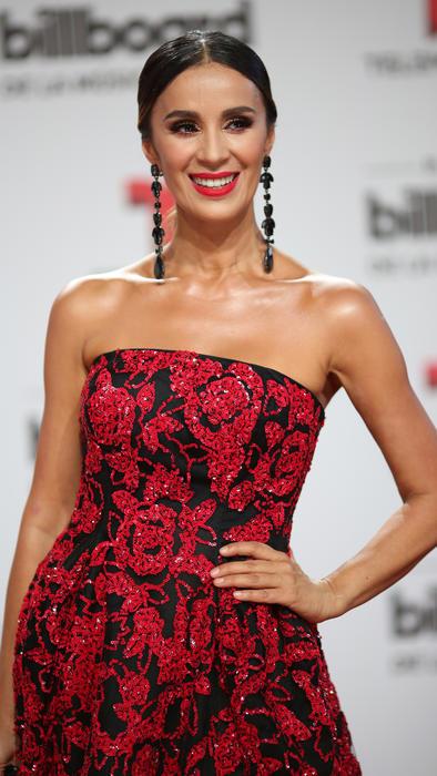 Catherine Siachoque con vestido rojo en la alfombra roja de los Billboard Latin Music Awards 2016