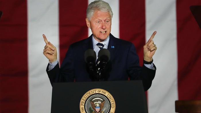 Bill Clinton en campaña con Hillary Clinton en noviembre de 2016.