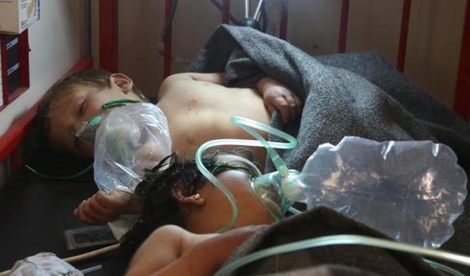 Niña entubada tras ataque químico en Siria que dejó al menos 58 muertos