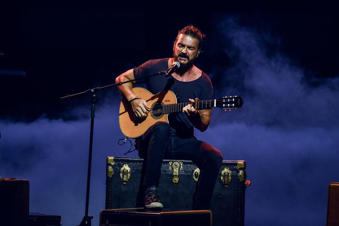 Ricardo Arjona canta en Premios Billboard 2017