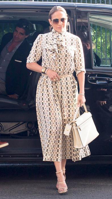 Jennifer nunca perdió el glamour y lució un vestido largo con diseño en color beige.