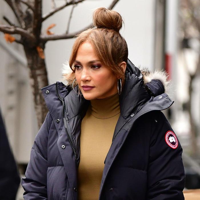 Jennifer Lopez caminando por la calle