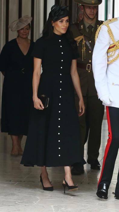 Meghan Markle en Australia usando un vestido negro
