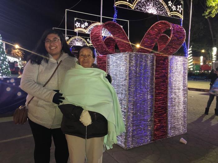 Madai Zamora con su abuelita Trinidad, en México. (foto suministrada)